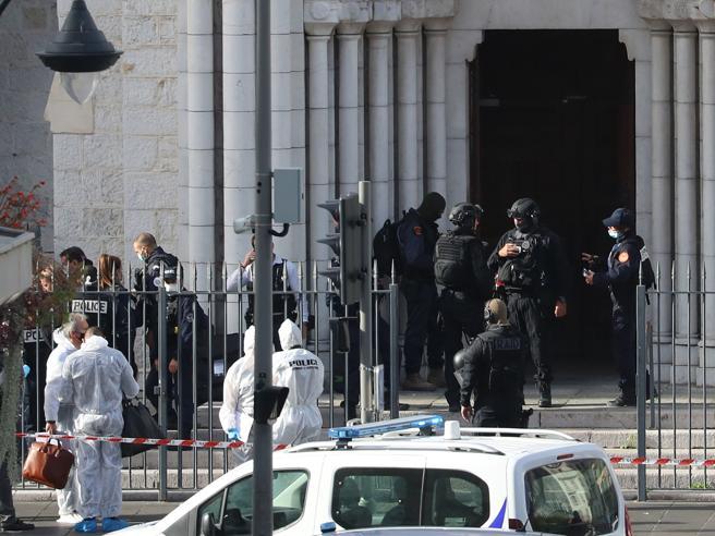 Attentato a Nizza, tre morti nella cattedrale. Macron: «Terrorismo islamista»