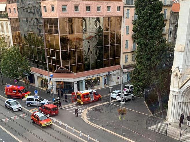 Attentato a Nizza, tre morti nella cattedrale Notre Dame: decapitata una donna