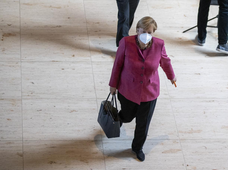 Merkel impone la linea:  il federalismo tedesco si inchina all'emergenza
