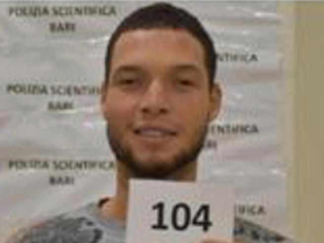 Nizza, chi è l'attentatore Brahim Aoussaoui: il viaggio sul barchino e la fuga. «Era sempre al telefono»