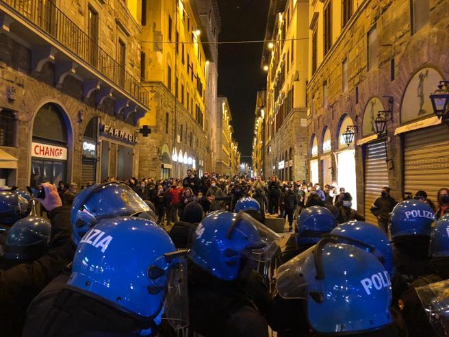 Polizia carica migranti e giornalisti a Parigi. L