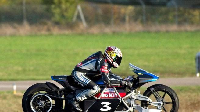 Max Biaggi a 400 km/h sulla moto elettrica: «L'aria sembrava un muro»