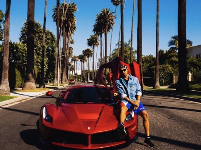 Mercedes sfotte Ferrari, la replica è una foto di Hamilton con «LaFerrari»