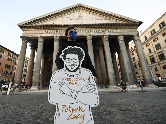 Altri 45 giorni di carcere per Zaki. Amnesty: «L'Egitto ha superato ogni limite, l'Italia deve agire»