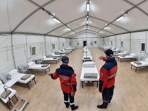 I volontari dell'Arma mostrano l'ospedale temporaneo «Valentino» di Torino: ospiterà da oggi 455 pazienti (Ansa)