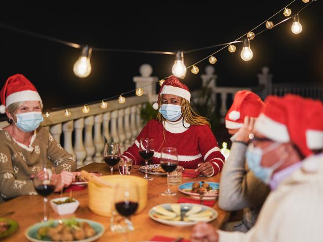 Covid Natale, il tampone negativo prima del cenone non basta: ecco perché