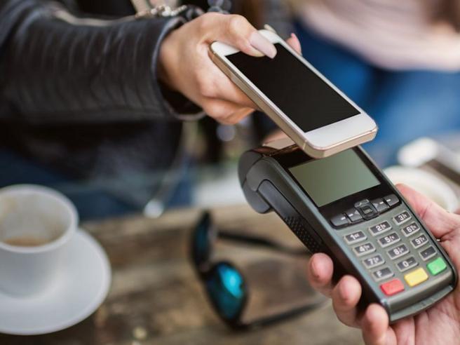 Cashback di Natale: 150 euro per chi paga con le carte (esclusi gli acquisti online)
