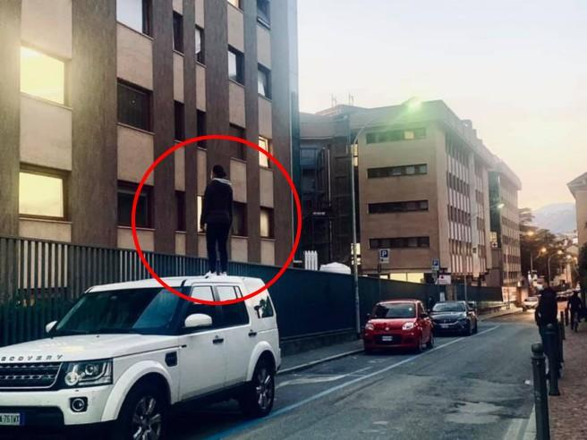 Como, la ragazza per ore in piedi sull'auto: la storia dietro la foto postata sul web