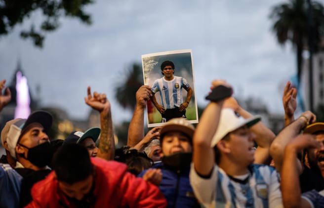 Diego Armando Maradona, scontri a Buenos Aires con la polizia. L'idea dei funerali del campione già stasera