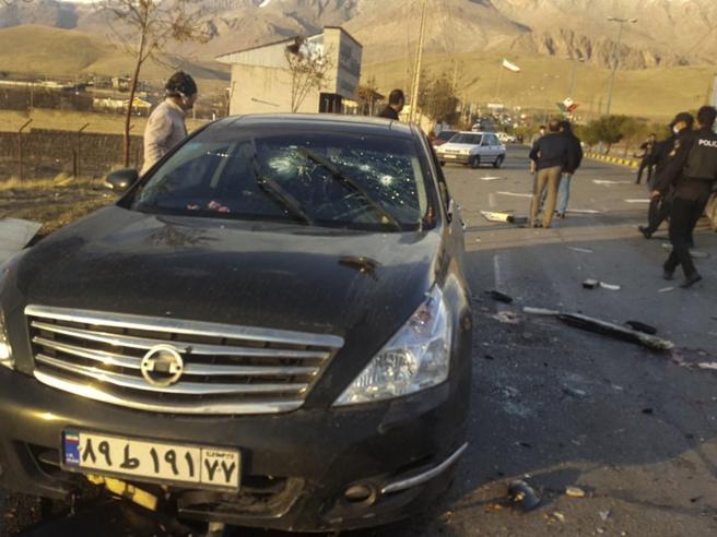 """Agguato a Teheran: ucciso il """"padre"""" del piano atomico. L'Iran: vendetta"""