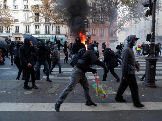Francia, manifestazione a Parigi e in altre città: in decine di migliaia contro lo stop ai filmati della polizia in servizio