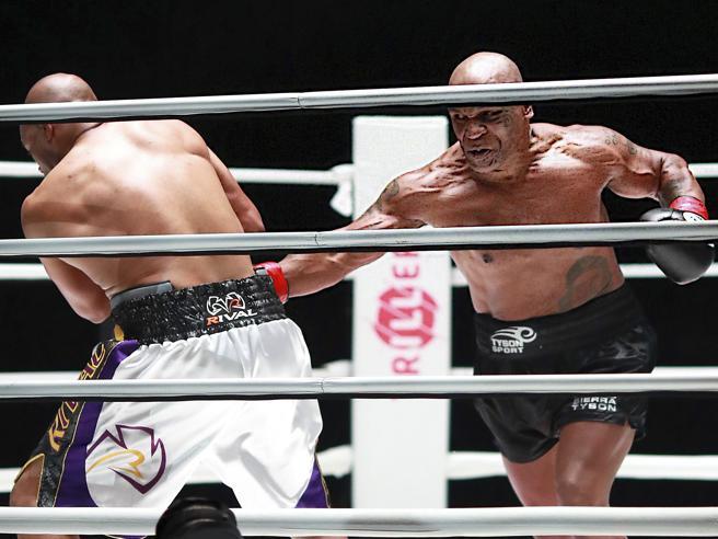 Tyson-Roy Jones jr., l'incontro finisce pari: da Mike qualche lampo di classe, un omaggio a Maradona e progetti per un bis