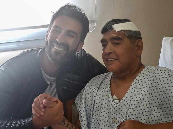 Morte Maradona, l'accusa: «Una settimana prima era caduto picchiando la testa, ma nessuno lo aveva portato in ospedale»