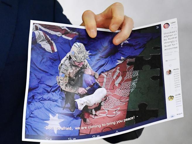 Afghanistan, i soldati australiani bevevano birra dalla protesi di un guerrigliero talebano ucciso