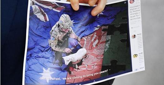I soldati australiani bevevano birra dalla protesi di un guerrigliero talebano ucciso