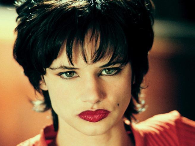 «Natural Born Killers» in tv: perché il film si chiama così, il pugno sul naso di Juliette Lewis e gli altri 8 segreti del film