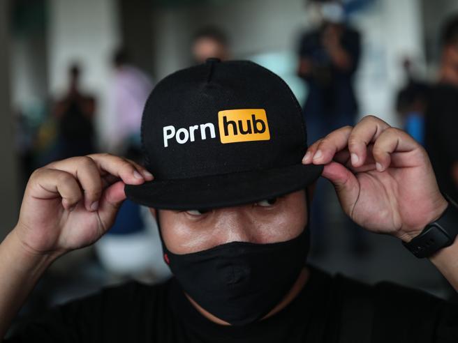 Così Pornhub guadagna con i video degli stupri di migliaia di minorenni