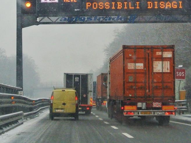 Maltempo in Liguria: cibo e coperte agli automobilisti bloccati in autostrada