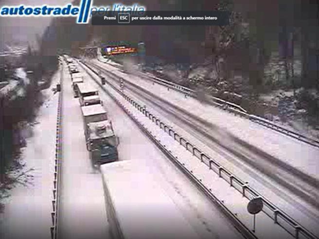 Riaperta l'autostrada A7: nella notte via i tir e le auto rimaste bloccate nella neveLa rabbia degli automobilisti
