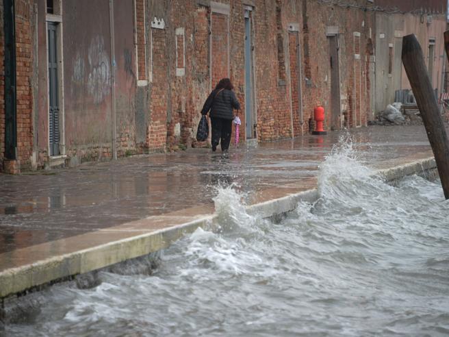 Venezia, le paratoie del Mose proteggono di nuovo dalla marea