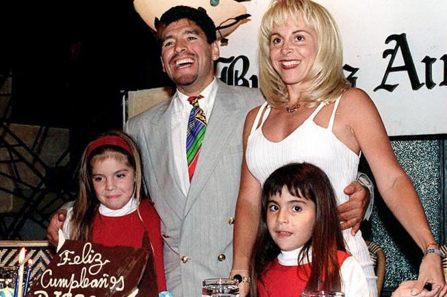 Maradona, nel testamento Diego avrebbe estromesso dall'eredità le figlie Dalma e Giannina e l'ex moglie Claudia Villafane