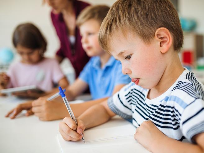 Tablet e computer a scuola: ma scrivere a mano fa imparare meglio