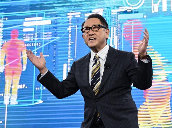 Auto elettriche, il presidente Toyota spara a zero: troppo care e inquinanti, i politici lo sanno?