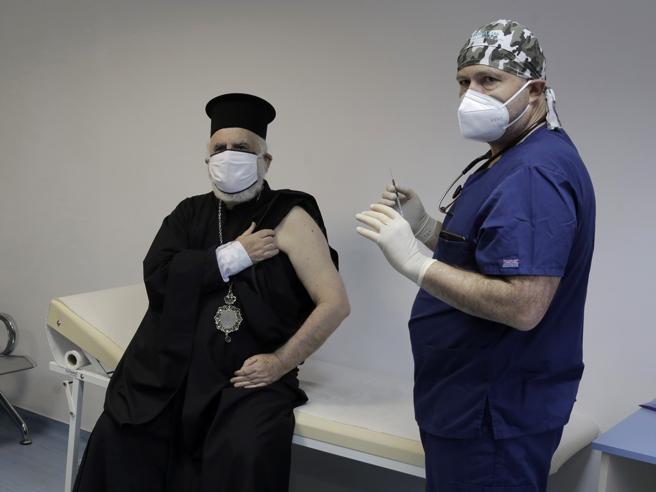 Coronavirus, corsa a vaccinare l'80% degli italiani: il governo punta su AstraZeneca