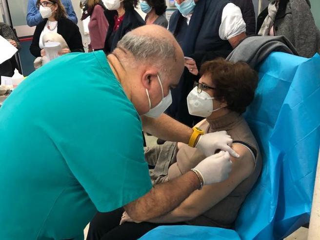 Covid, dottoressa positiva dopo il vaccino: «Lo rifarei e farò il richiamo». Perché succede e perché non c'è da preoccuparsi