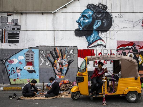 نقاشی دیواری دیگری که در پاییز 2019 در نتیجه اعتراضات مردمی علیه رژیم ایجاد شد.  با وجود مشت آهنین که برای خنثی سازی شورش ها استفاده شده ، اما نقاشی های دیواری پاک نشده است