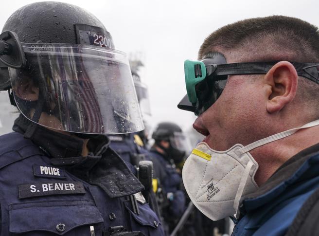 Proud Boys tra armi e slogan. Chi sono i manifestanti che hanno occupato il Congresso Usa
