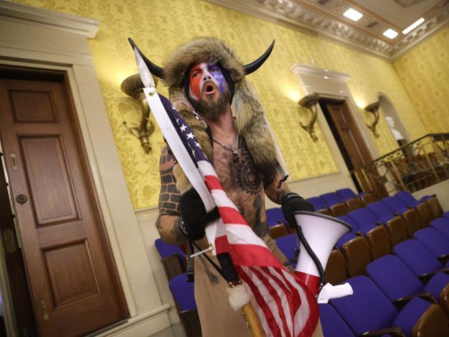 Jake Angeli, chi è lo Sciamano che ha guidato l'assalto al Congresso a Washington