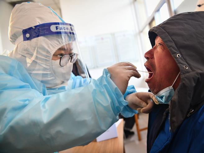 Il vaccino  Moderna potrebbe proteggere  fino a 2 anni. Pregliasco: «Sarà fondamentale»