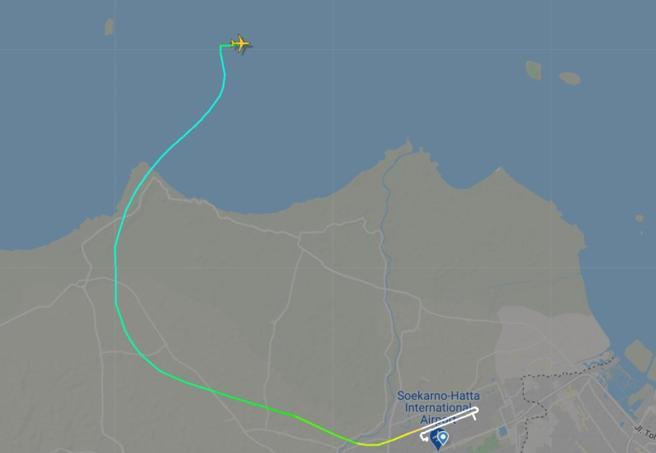 Indonesia, aereo scomparso:  persi contatti con un Boeing 737 con 59 passeggeri. Trovati rottami in mare