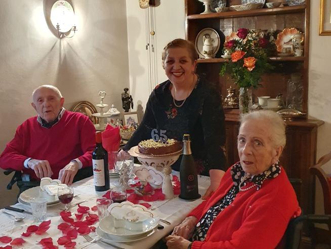 Gli sposini centenariFesta con rose e champagne La organizza la badante