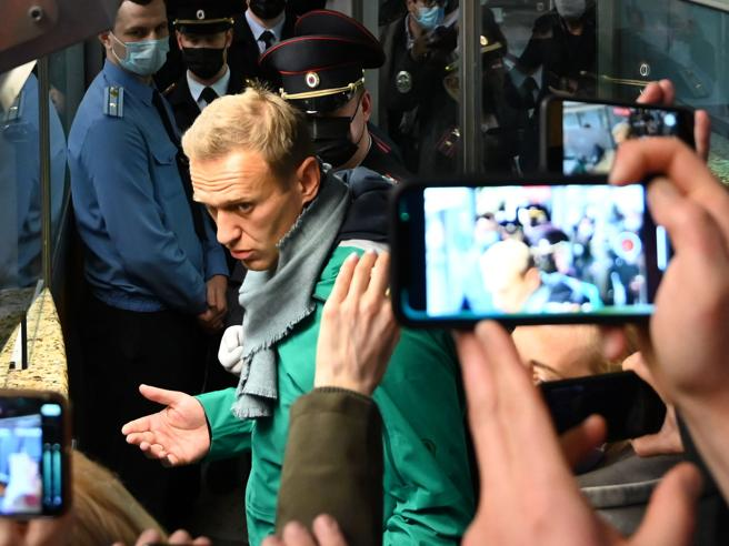 Navalny condannato a 30 giorni di carcere. Nato e Ue chiedono di liberarlo