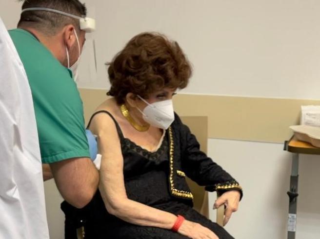Lollobrigida fa il vaccino anti-Covid: «Non c'è da temere, io voglio vivere»