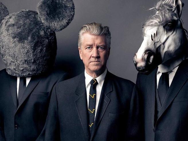 David Lynch compie 75 anni: dalla folgorazione per la pittura agli scenari cupi di Twin Peaks, viaggio attraverso il suo immaginario in otto tappe