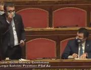 Centinaio mostra l'omino Playmobil, Salvini osserva da vicino