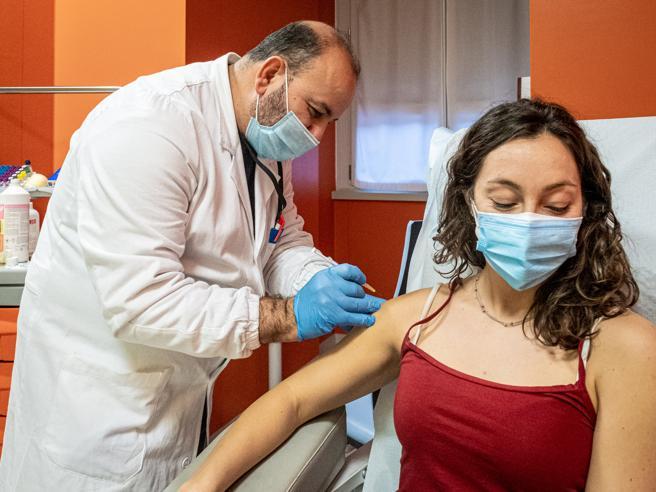 Ritardi nei vaccini Pfizer: dosi esaurite negli ospedali. E slitta la seconda fase