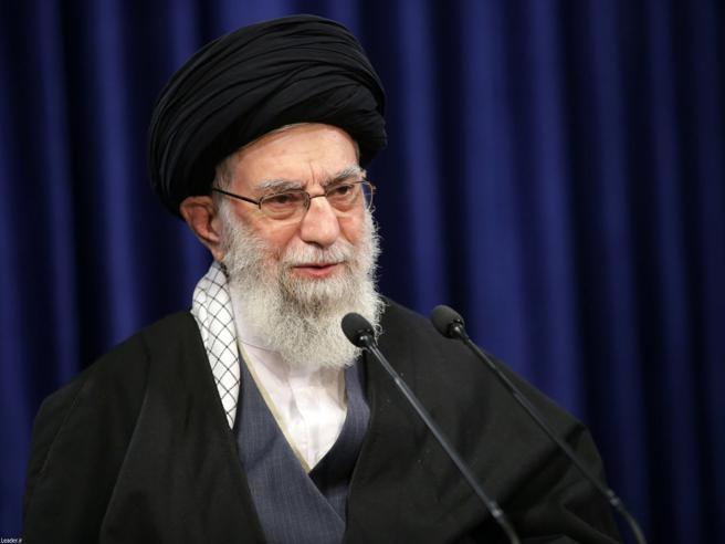 Khamenei minaccia Trump, Twitter sospende uno dei suoi account