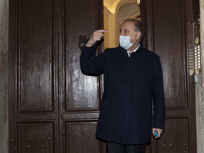 Blitz anti 'ndrangheta, Lorenzo Cesa in ufficio (con il rosario): pronto a denunciare chi mi calunnia