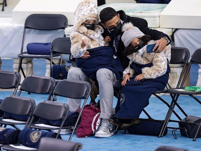 Dopo le Converse di Kamala Harris è caccia alle Air Jordan dei nipoti di Biden. Costano da 7 mila dollari