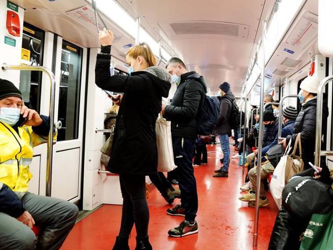 Covid a Milano, scatta il  piano ripartenza e Atm potenzia i trasporti. «Nodo scaglionamenti». Nuovi orari per gli uffici