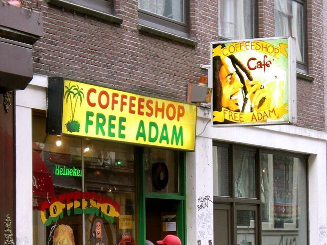 Amsterdam, stop al turismo dello sballo: «Coffee shop vietati ai turisti stranieri»