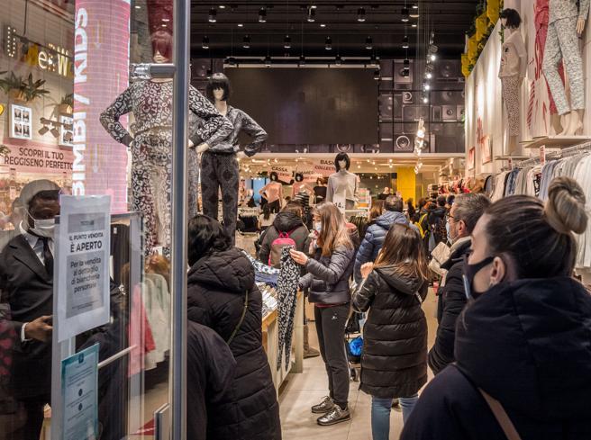 Milano, negozi aperti e sconti anti-crisi: «Ma ci sentiamo presi in giro»