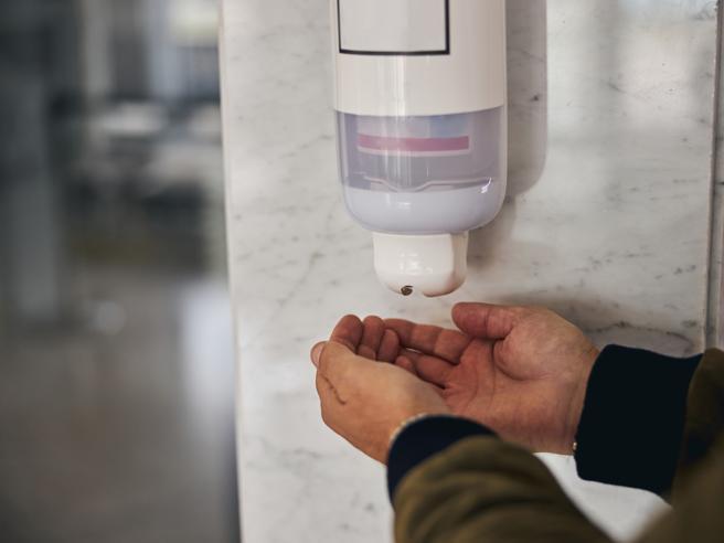Covid e disinfettante per le mani: aumentano i casi di irritazioni agli occhi dei bambini