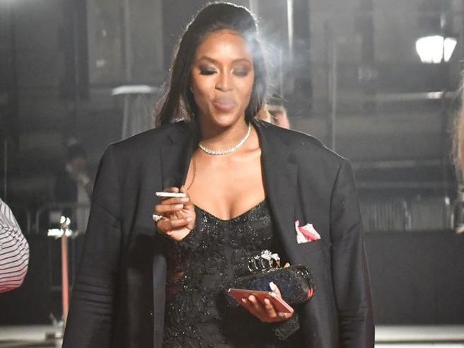Naomi Campbell ha smesso di fumare (di nuovo):«Nuoto due ore al giorno, così libero i polmoni»