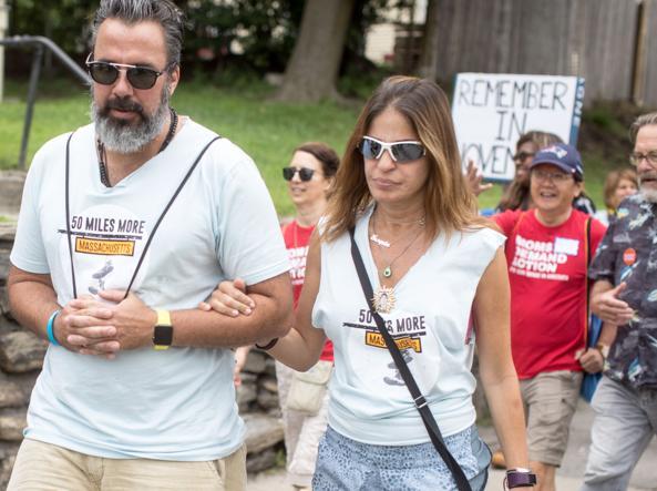 والدین خواکین مانوئل و پاتریشیا اولیور ، هنرمندان ، در تظاهراتی علیه اسلحه.  در زیر چند پوستر ساخته شده توسط همراهان خواکین برای یادآوری قربانیان ارائه شده است