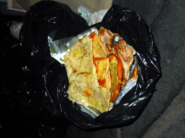 کالاهای نانوایی فروخته نشده در سطل آشغال انداخته می شود (عکس Jpeg)